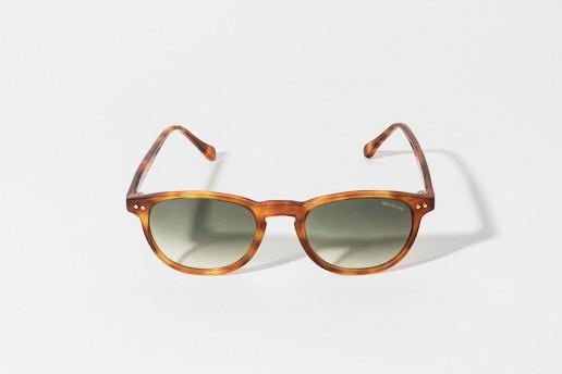 Occhiale da sole Bob Sdrunk in celluloide colore tartarugato chiaro. Lente grigio verde sfumato, protezione 100% dai raggi UV. Misure 48 – 20 asta 140