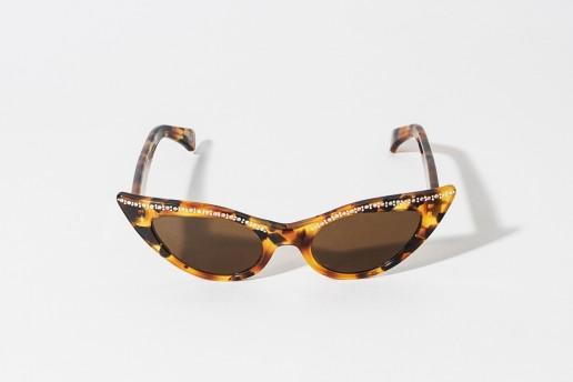 Occhiale da sole Ledaelle by Kador in celluloide, tartarugato. Forma a farfalla. Rifiniture di brillantini sul frontale alto dell'occhiale. Lente marrone. Misure 50 □ 19 asta 140