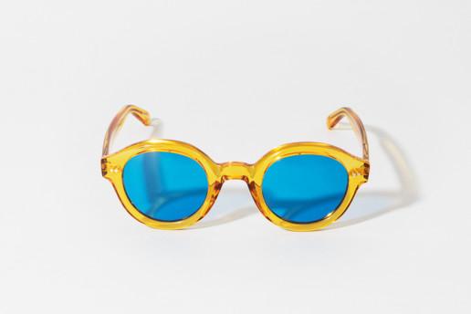 Occhiale da sole Epos in celluloide color ambra trasparente. Lenti colore blu, protezione 100% dai raggi UV. Misure 47□27 asta 145
